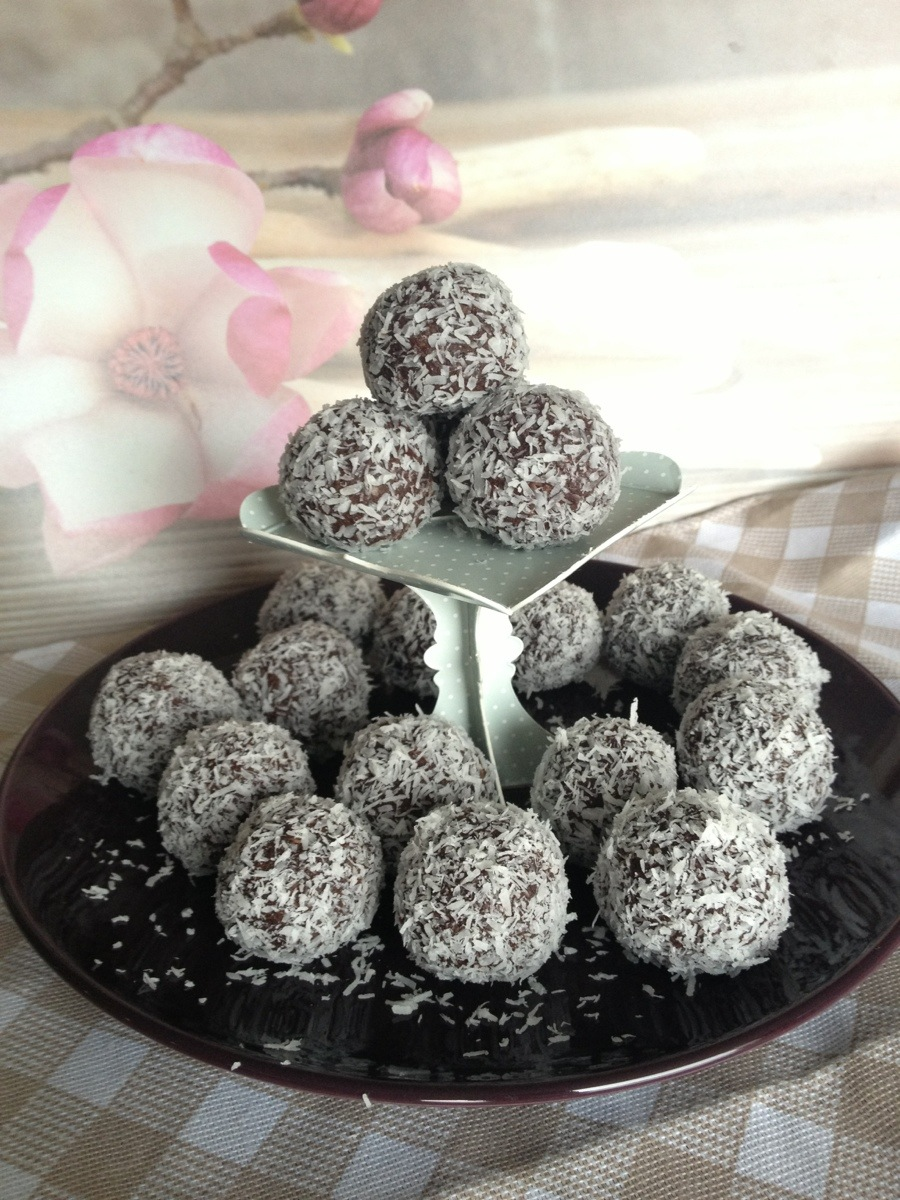 Chocolate protein coconut balls